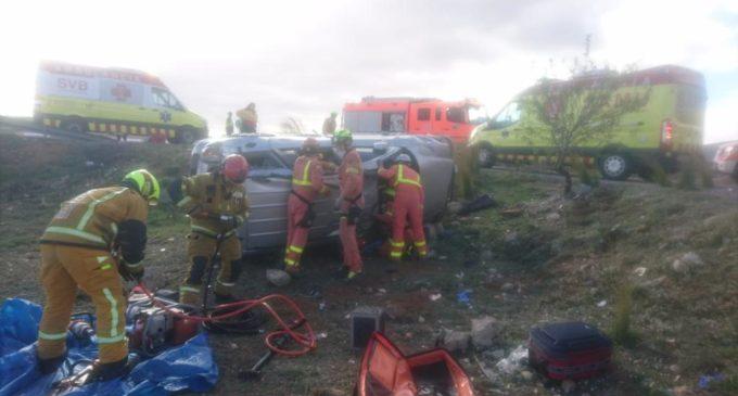 Bomberos de Villena y Valencia rescatan a dos personas tras sufrir un accidente