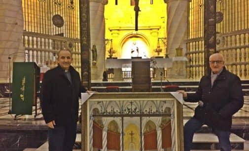 El artista local, Vicente Rodes, dona un cuadro de amplias dimensiones a la Iglesia Arcedianal de Santiago donde refleja el altar Mayor