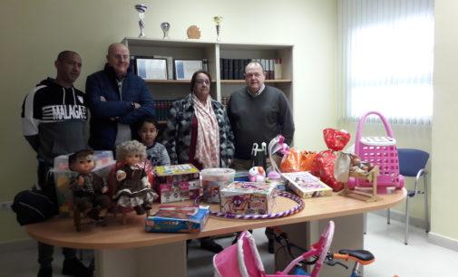 La delegación del ICALI en Villena entrega los juguetes donados por los letrados a la asociación Al'Romale
