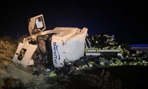 Los bomberos excarcelan a un conductor atrapado en su camión