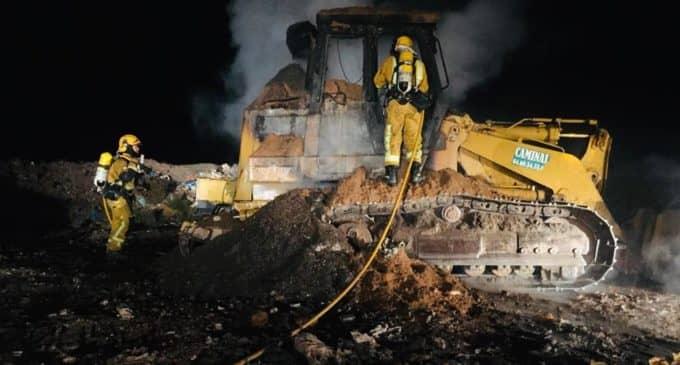 Los bomberos sofocan un fuego iniciado en una retroexcavadora de una plata de residuos