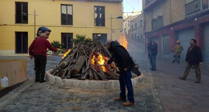 El fuego inicia la festividad de San Antón en Villena