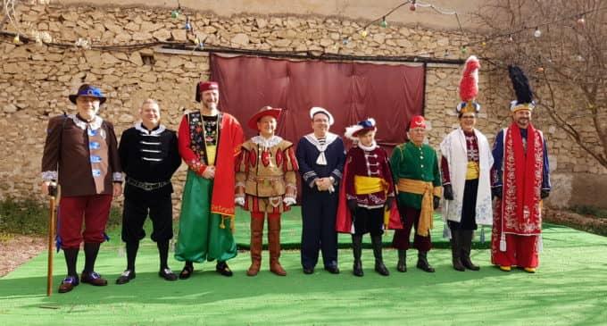 La comparsa de Cristianos de Villena desfila en la Media Fiesta de Elda