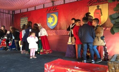 Los niños reciben a los Reyes Magos en el colegio Salesiano