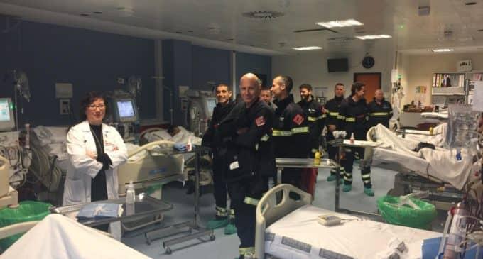 Los Bomberos visitan a los niños en el Hospital de Elda