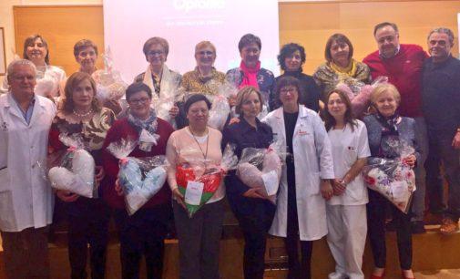 """Las mujeres de Biar entregan las """"Almohadas del Corazón"""" al Hospital de Elda"""
