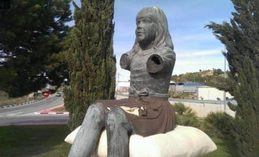 """El Ayuntamiento sigue sin restaurar la escultura al zapatero, """"sin brazos"""" desde hace años"""