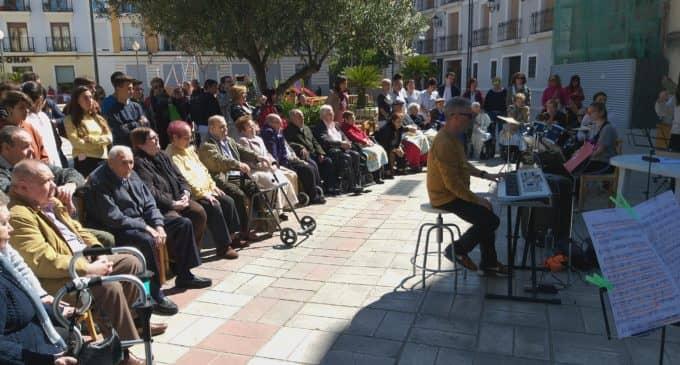 Alumnos del IES Las Fuentes  celebran un concierto para los ancianos del asilo