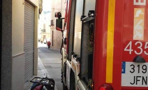 Los bomberos sofocan un incendio iniciado en una vivienda en Biar