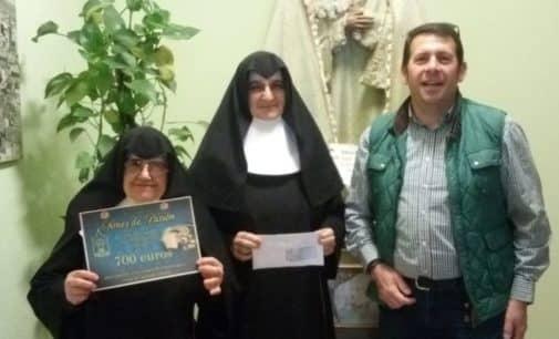 La Hermandad del Amor y la Esperanza entrega un cheque al Asilo