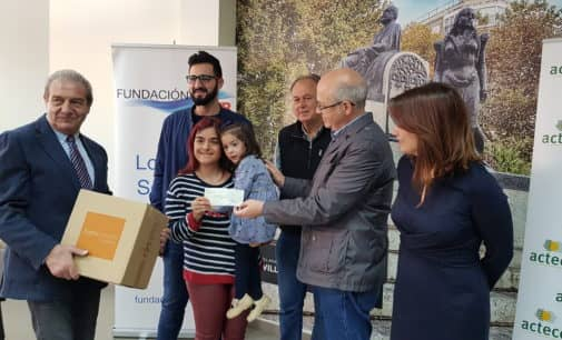 La Fundación SEUR entrega 14.8000 euros  para los tratamientos fisioterapéuticos de una niña de Villena