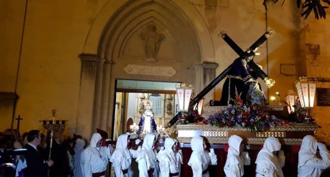La Virgen de la Amargura y el Santísimo Cristo de la Caída procesionan el Lunes Santo