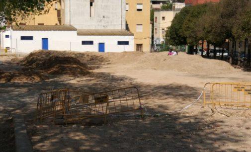 El alcalde comparte el malestar de los padres del colegio Príncipe y adelanta  que se ajardinará el patio