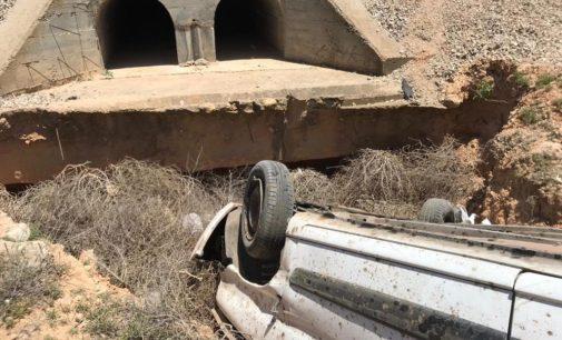 Los bomberos excarcelan a una mujer atrapada en su vehículo tras volcar el mismo