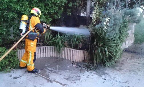 Los bomberos sofocan un fuego iniciado cerca del Castillo