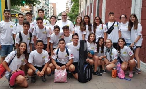 Alumnos y profesores del colegio Salesiano en el camino de Santiago