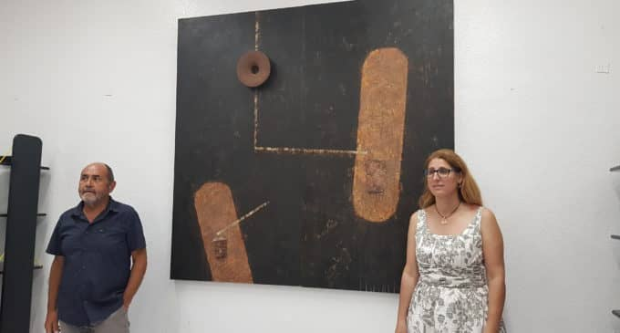 El villenense, Paco Martínez, dona un cuadro al Ayuntamiento valorado en 3.000 euros