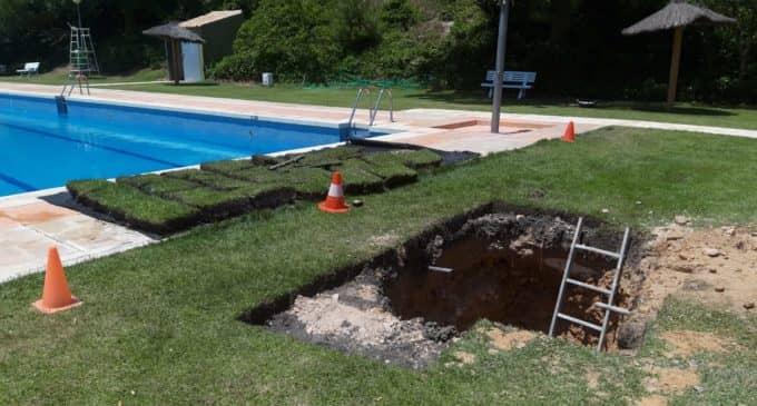Una fuga en una tubería de la piscina motiva la clausura de la misma