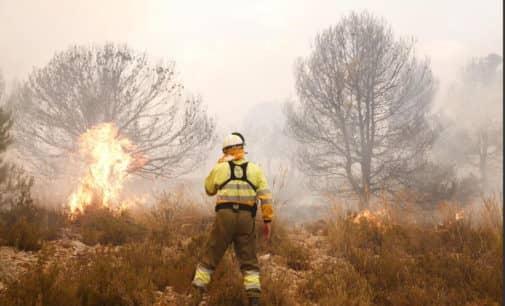 64 militares trabajan en al extinción del incendio forestal en Beneixama