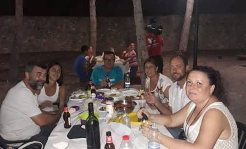 Los vecinos de Las Cruces repiten la cena de hermandad  en el merendero