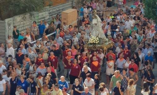 Centenares de vecinos acompañan a la Patrona en su primer traslado