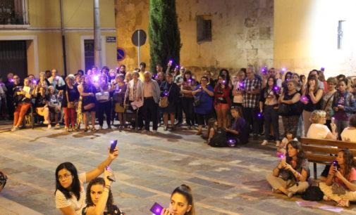 Villena se tiñe de violeta