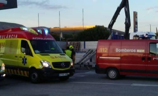 Los bomberos excarcelan a un conductor que había quedado atrapado debajo de varias placas procedentes de su camión