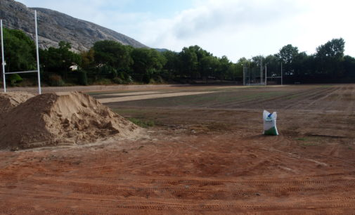 Inician la resiembra del campo de césped del polideportivo de Villena