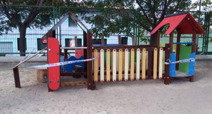 El Ayuntamiento acordona los juegos del colegio La Celada
