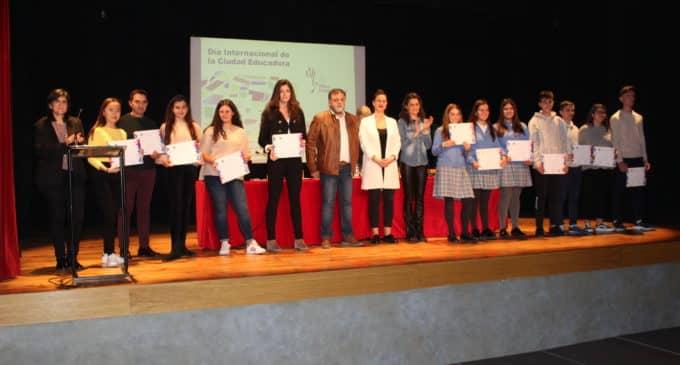 Villena reconoce la labor de los docentes jubilados y de los alumnos con un rendimiento académico excelente