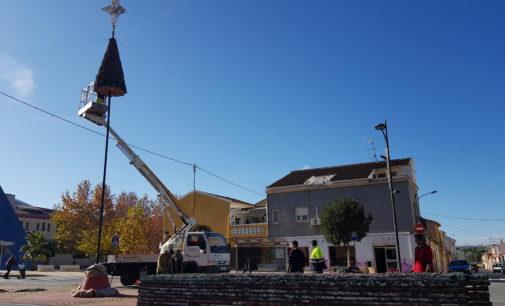 El árbol de Navidad se traslada unos mestros y se encenderá esta tarde