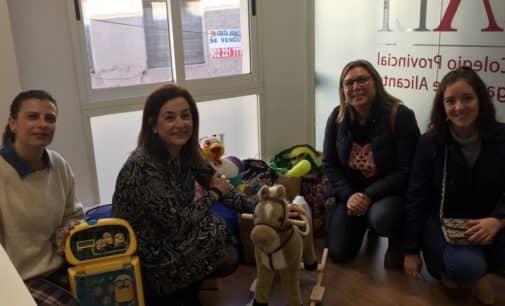 El Colegio de Abogacía de Alicante entrega juguetes a asociaciones de Villena recogidos en la campaña de Navidad