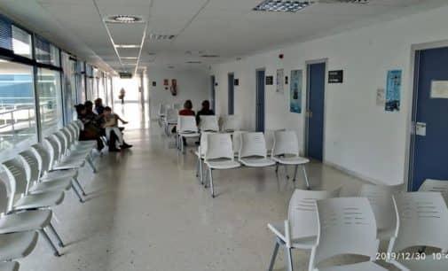 El Centro Sanitario Integrado de Villena estrena bancadas y persianas