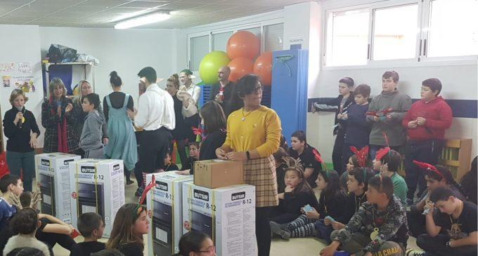 El CEIP La Celada dona cuatro estufas y un lote de alimentos no perecederos a Cáritas Villena