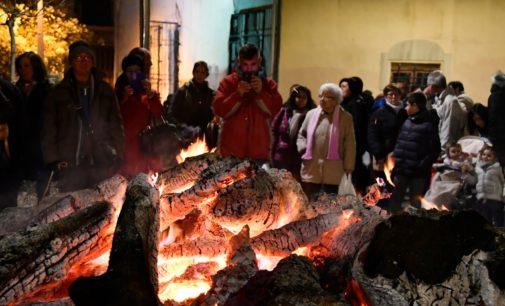 El barrio de San Antón continúa mañana las celebraciones con el encendido de la hoguera