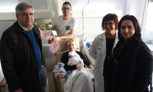 El Teniente de Alcalde y la edil de Fiestas de Villena  visitan a la primera niña nacida en España en 2020