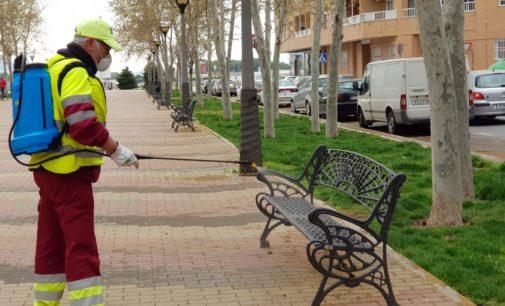 Los servicios de limpieza desinfectan mobiliario urbano y calles