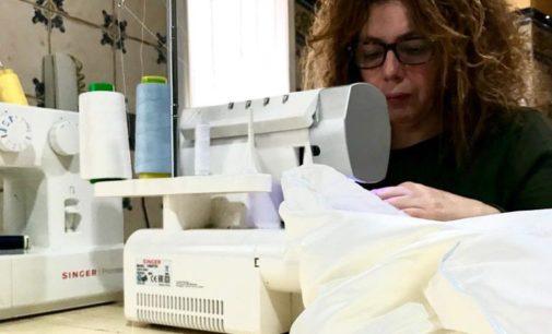 Aficionadas a la costura se organizan para elaborar batas sanitarias reutilizables