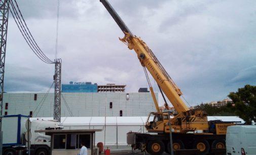 La empresa de Villena Grúas Garcia trabaja en la construcción del hospital de campaña de Alicante
