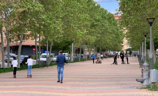 Las calles y avenidas se llenan de niños en Villena en la primera salida permitida en el Estado de Alarma