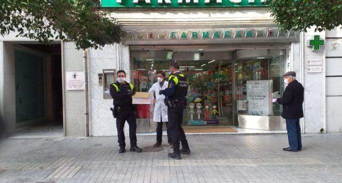 La Policía Local entrega parte de sus mascarillas para la población más vulnerable