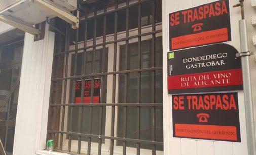 """Hosteleros de Villena cuelgan el cartel de """"Se traspasa"""" como protesta"""