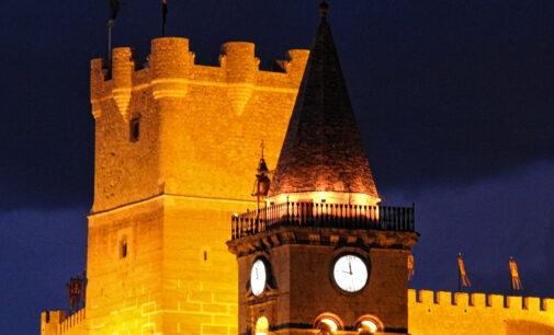 Vuelve la tradicional iluminación en la torre de la iglesia de Santa María