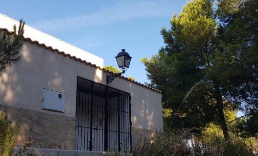 El Ayuntamiento de Villena invierte 1.000 euros en proteger las luminarias de Las Cruces