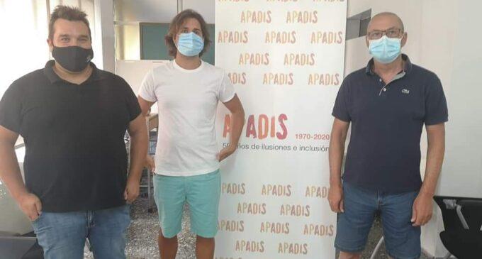 La comparsa de Piratas entrega a Apadis 2.000 €