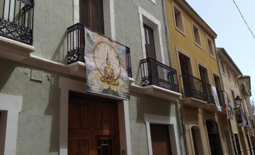 Art al Balcó llena de color las calles de Biar en agosto