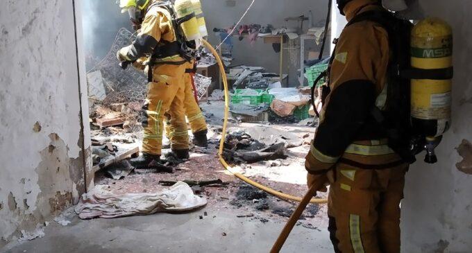 Los bomberos sofocan un incendio en un almacén