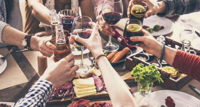 Sanidad alerta de que el 36,5 % de los brotes y nuevos casos de coronavirus están relacionados con reuniones familiares y de amigos