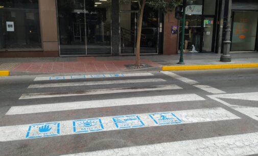 Tráfico señaliza con pictogramas los pasos de peatones para reducir el riesgo de atropello.