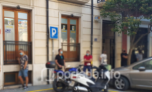 Continúan las colas en la puerta del Ayuntamiento,  ahora por partida doble